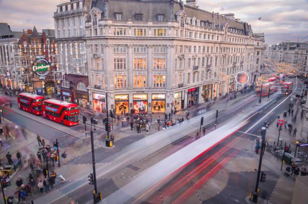 Oxford Circus con los rojos autobuses de Londres - foto de stock