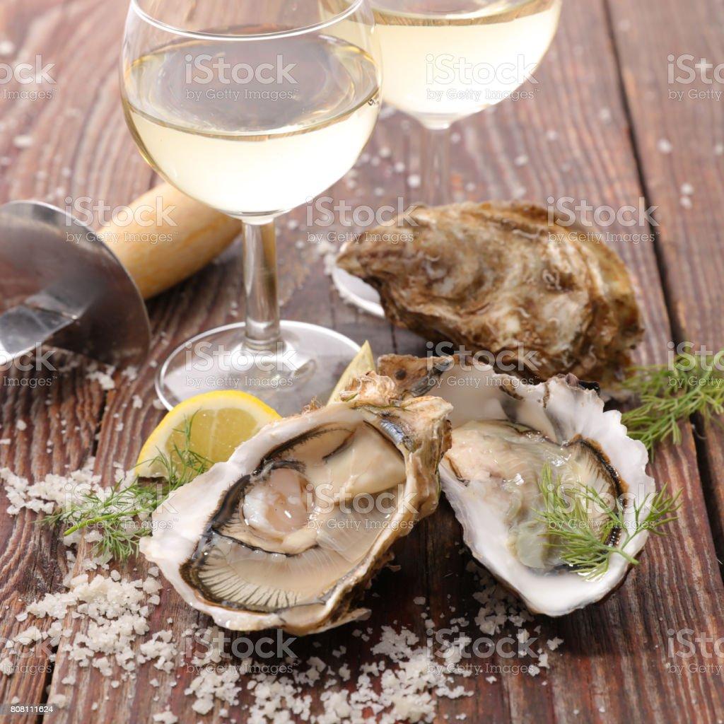 Austern und Wein Glas – Foto