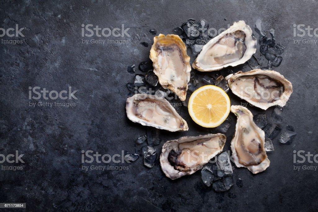 Austern und Zitronensaft auf Eis – Foto