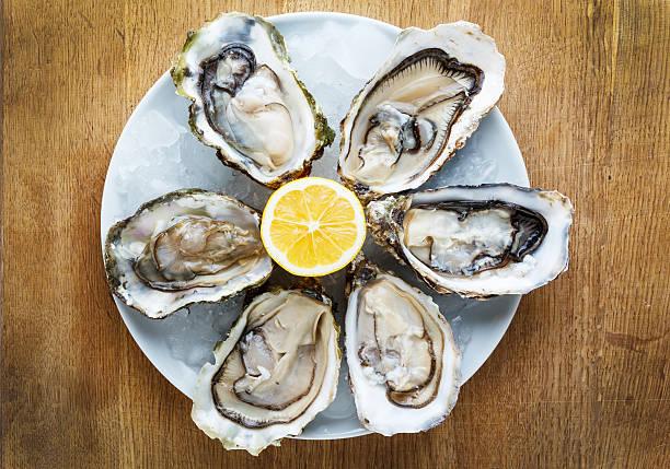 oysters - schaaldier stockfoto's en -beelden