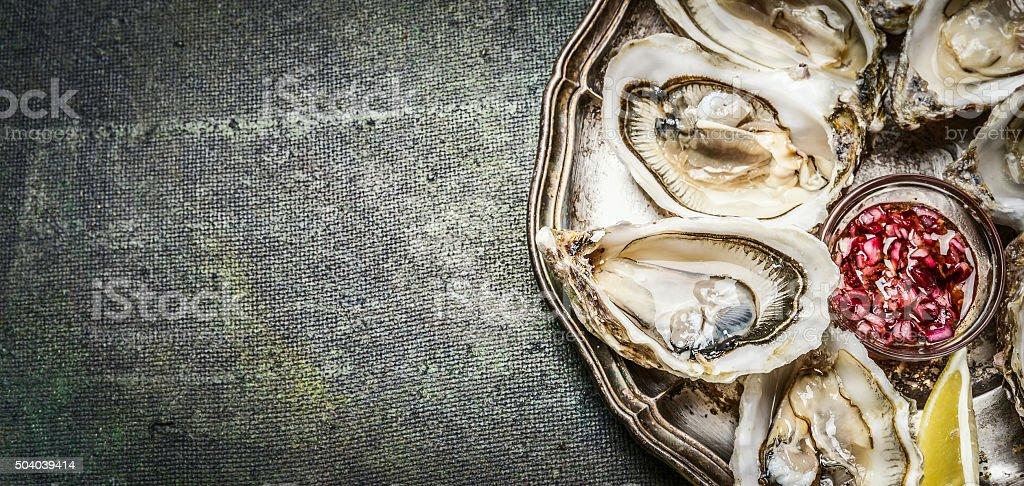 Austern mit Zitrone und sauce, Ansicht von oben, Platz für text – Foto