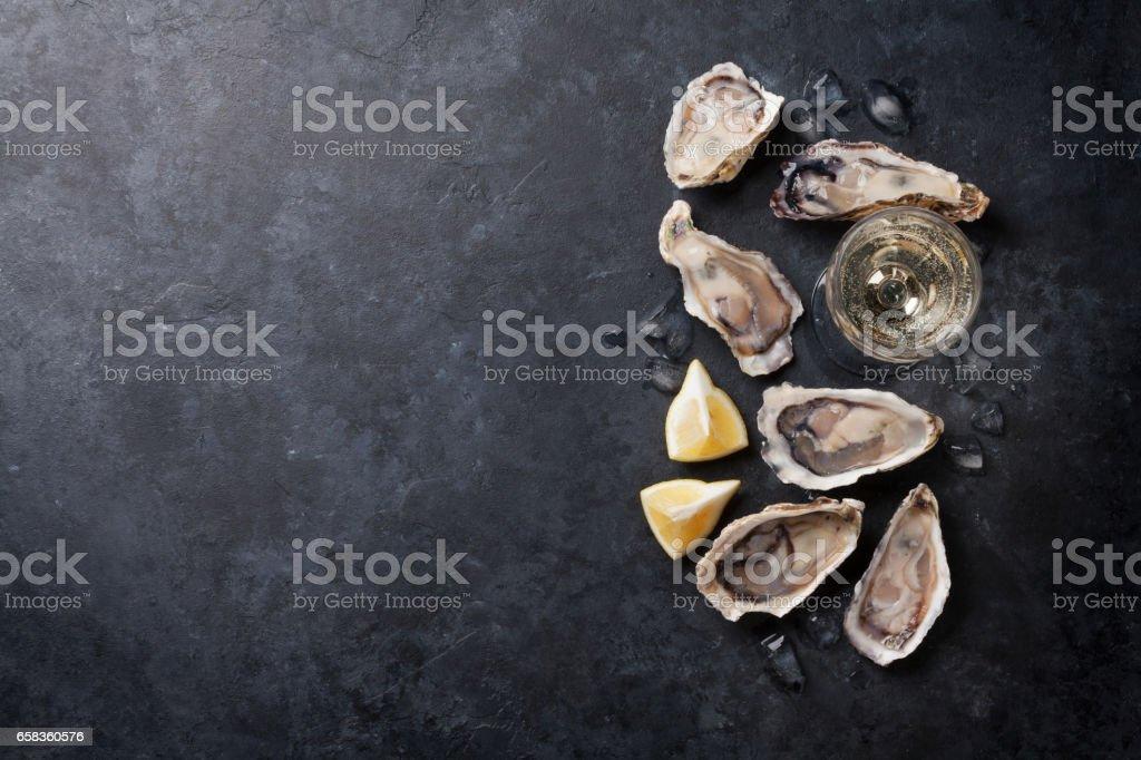 Austern mit Zitrone und Weißwein – Foto