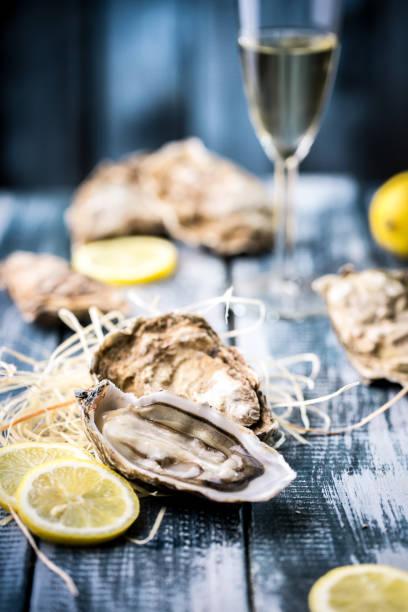 oysters with lemon - mięczak zdjęcia i obrazy z banku zdjęć