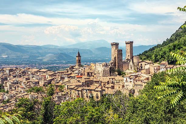 Pacentro skyline im Sommer Abruzzi in Italien – Foto