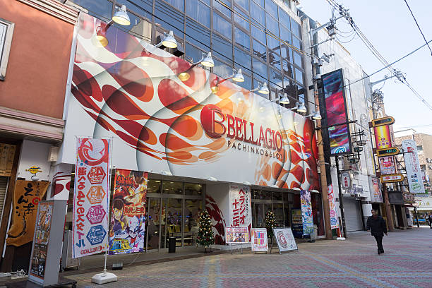 pachinko-glückspiel und spielautomaten in japan - pinball spielen stock-fotos und bilder