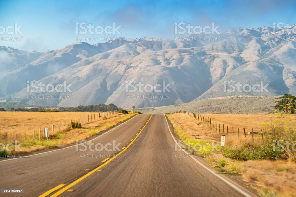 Pacific Coast Highway y cerca de San Simeon, California USA - foto de stock
