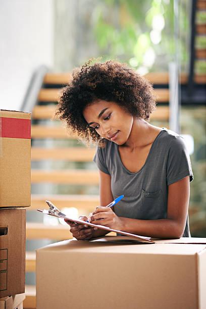 pack everything in boxes: checked! - umzug checkliste stock-fotos und bilder