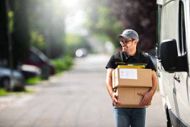pakket levering - leveren stockfoto's en -beelden