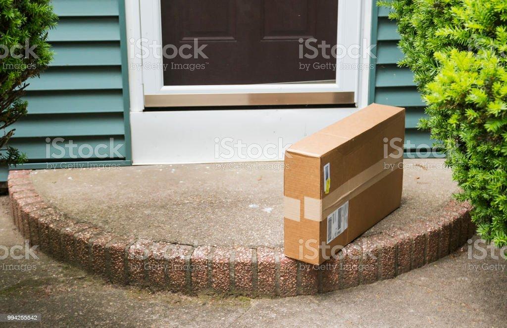Paquete a la izquierda en puerta - foto de stock