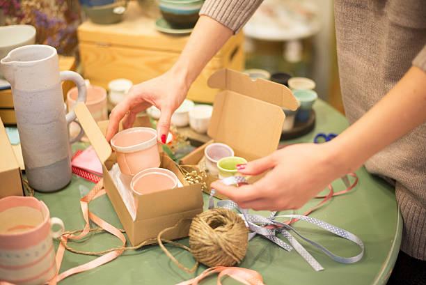 vorbereitung-package - bastelkarton stock-fotos und bilder