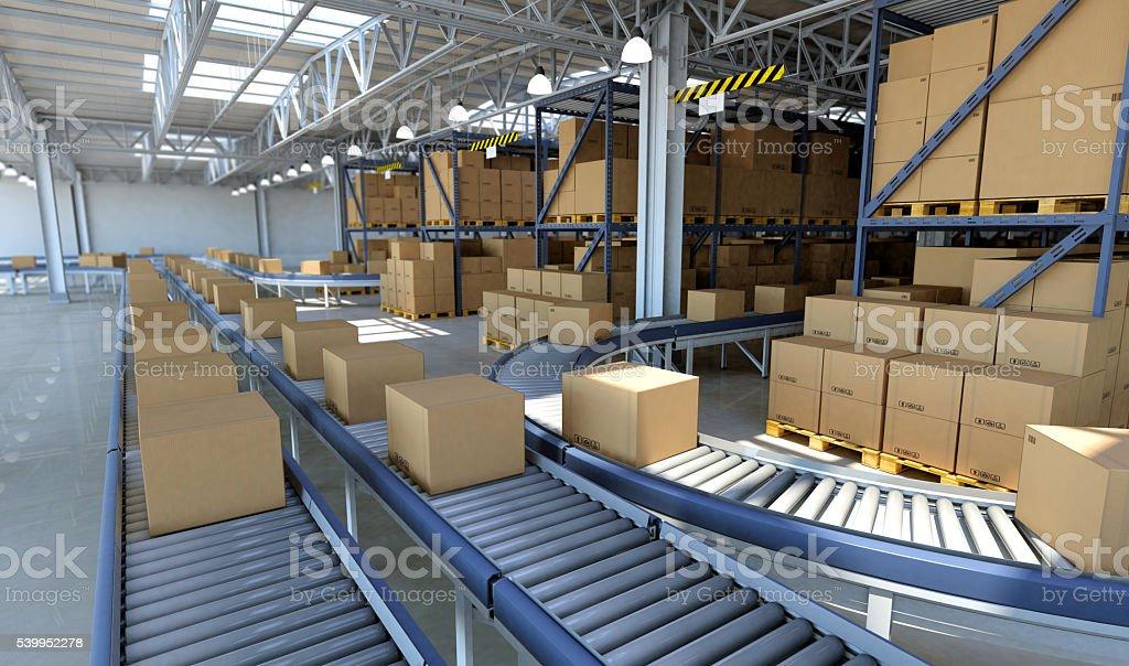 Zahlreiche Waren und Kartons auf Förderband in der Auslieferungslager – Foto