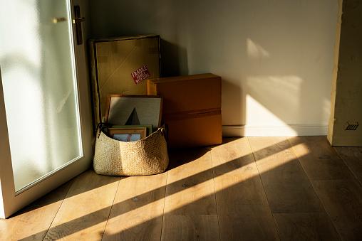 Spullen Verpakt In Nieuwe Woning Stockfoto en meer beelden van Appartement