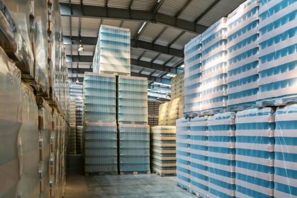 Verpackung von Flaschen im Lager der Glasfabrik – Foto
