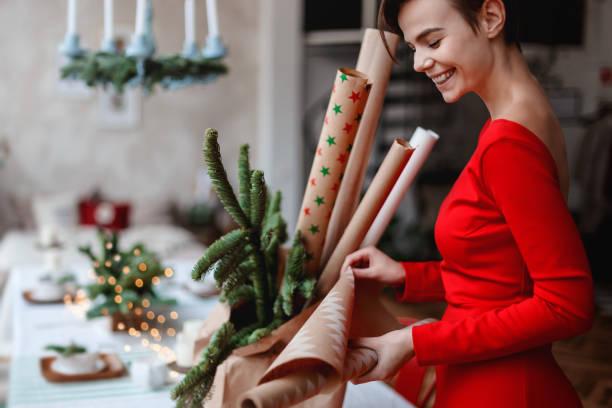 verpackung des weihnachtsfestes präsentiert auf einem weißen hintergrund - winterdeko basteln stock-fotos und bilder