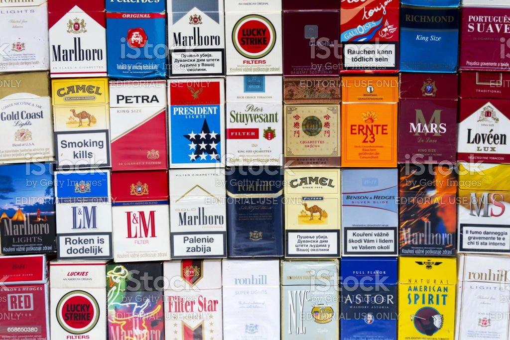 Schachteln Zigaretten fotografiert mit Top anzeigen flach legen Zusammensetzung – Foto