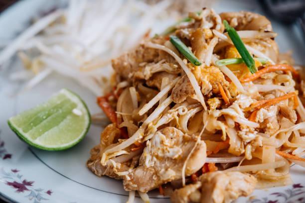 Pad Thai Mahlzeit mit Huhn oder Garnelen – Foto