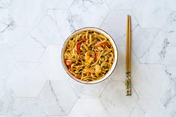 Pad Thai Noodles com Camarão e Amendoim Esmagado. - foto de acervo