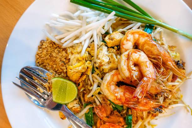 パッドタイ  - タイ料理 ストックフォトと画像