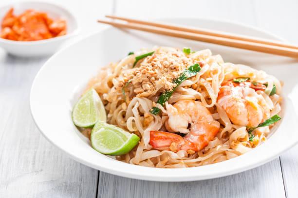 パッタイ焼きそばアジア エビ、卵、豆腐、もやし - タイ料理 ストックフォトと画像