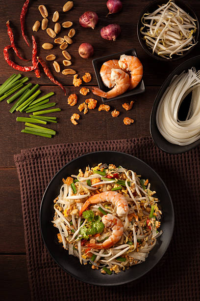 pad thai, thai fried noodles - laos lebensmittel stock-fotos und bilder