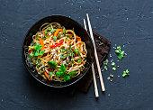 暗い背景、トップ ビューでタイのベジタリアン野菜うどんを埋めます。アジアン スタイルのベジタリアン料理。コピー スペース