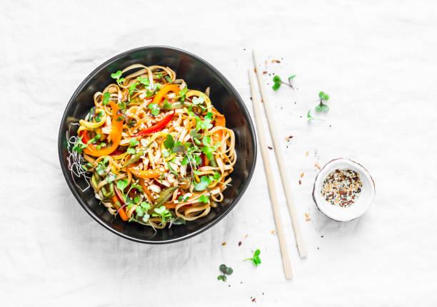 pad thaï végétarien légumes udon nouilles en fond clair, vue de dessus. nourriture végétarienne dans un style asiatique - cuisine asiatique photos et images de collection