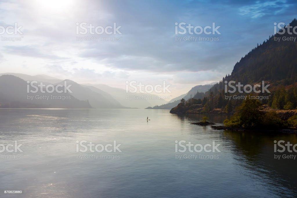 Paddle-Boarding in den Columbia River Gorge Oregon einem trüben Nachmittag USA – Foto
