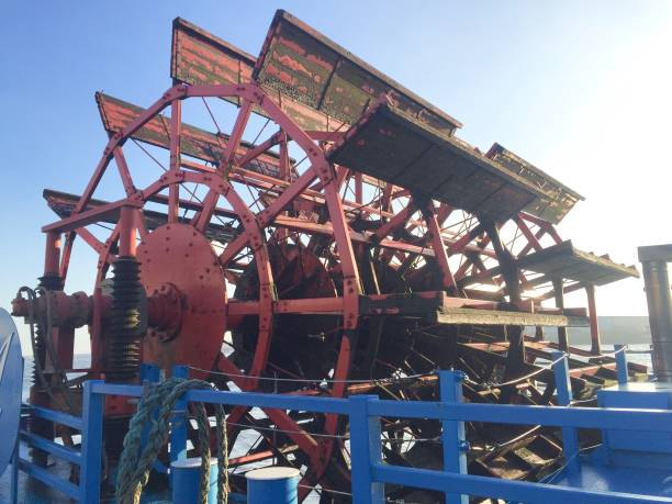 schaufelrad auf einem schiff - rudermaschine stock-fotos und bilder