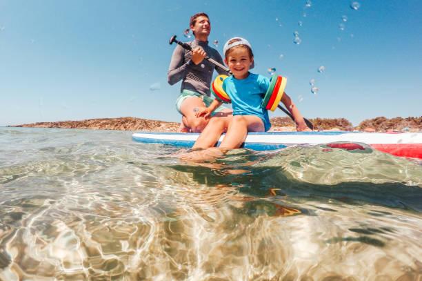 paddling zusammen - stehpaddeln stock-fotos und bilder