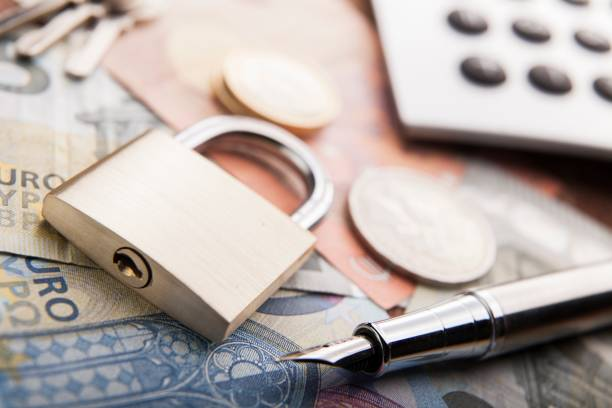 Candado y dinero. Seguridad de dinero concepto - foto de stock