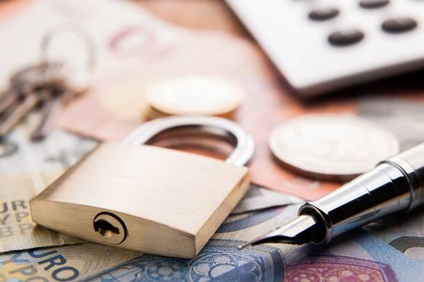 Vorhängeschloss und Geld. Konzept Geld Sicherheit – Foto