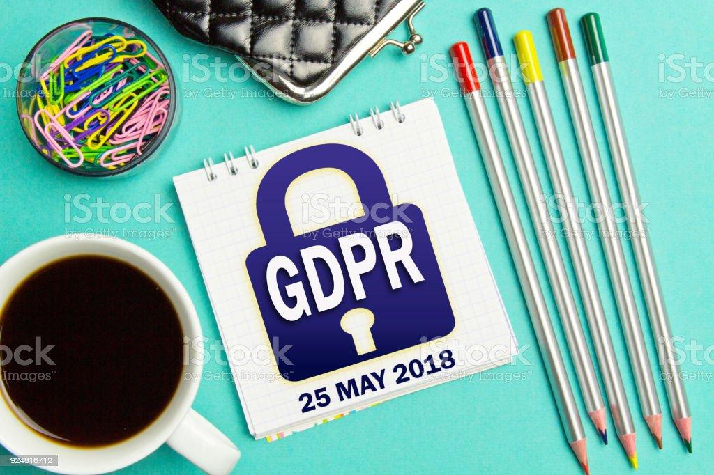 Cadeado PIBR notificação no caderno de negócios sobre um fundo turquesa. Conceito de regulamento de proteção de dados geral 25 de maio de 2018. Metáfora do PIBR. - foto de acervo