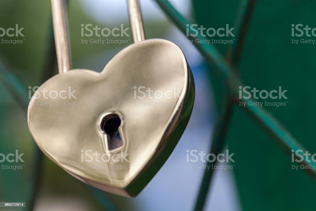 Padlock in the form of gold heart. symbol of the wedding and the unity of the couple. Royal zbiór zdjęć royalty-free