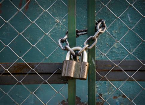 Padlock With Chain Stockfoto en meer beelden van Achtergrond - Thema