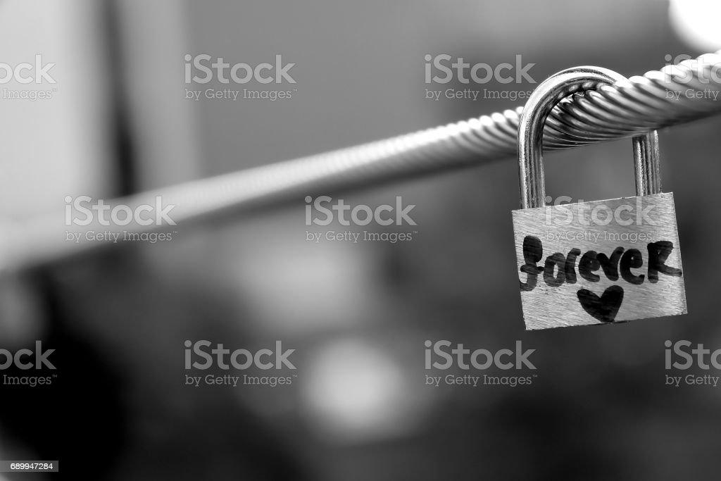 Un cadenas avec le mot «forever» verrouillé sur un pont à Leeds, UK - Photo