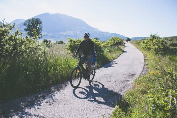 padre e figlio  in bicicletta in montagna italiana in bicicletta in montagna italiana - abruzzo cycle path foto e immagini stock