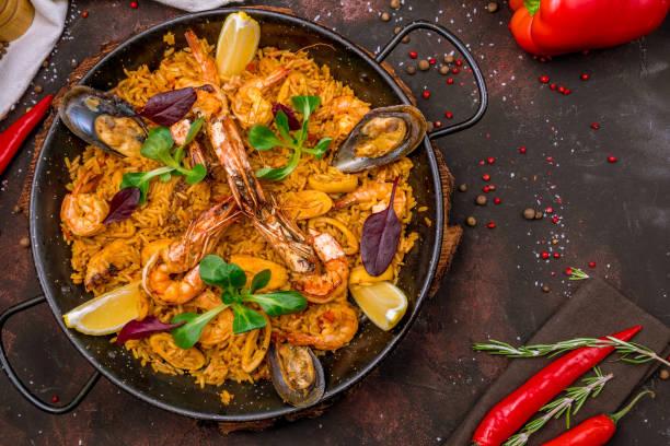 paella met zeevruchten - paella stockfoto's en -beelden