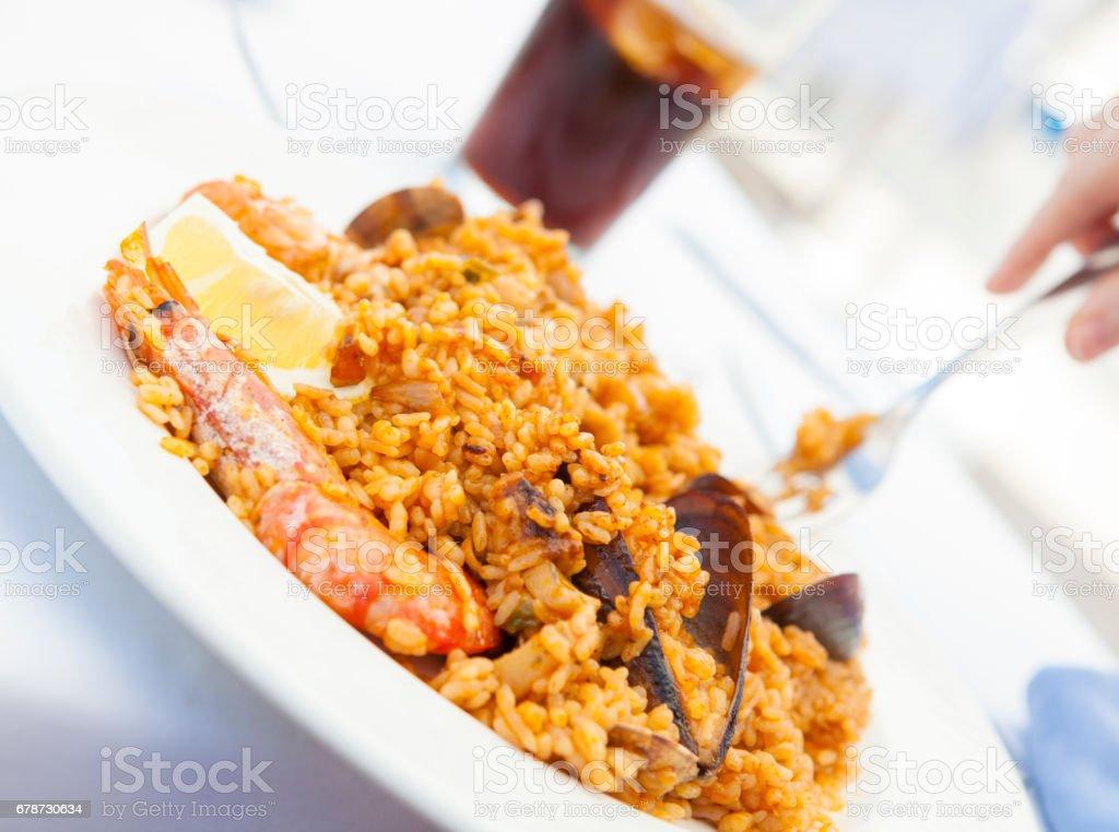 Paella aux crevettes et moules - Sitges photo libre de droits
