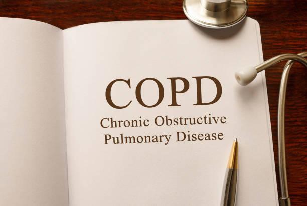 Seite mit COPD chronisch obstruktive Lungenerkrankung mit Stethoskop, medizinisches Konzept auf den Tisch – Foto