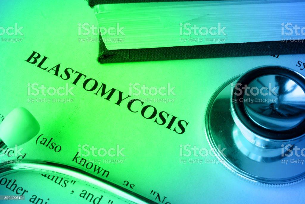 Página com Blastomicose de diagnóstico em uma tabela. - foto de acervo
