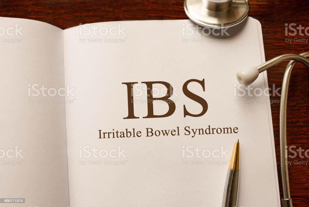 Seite mit IBS Reizdarmsyndrom mit Stethoskop, medizinisches Konzept auf den Tisch – Foto