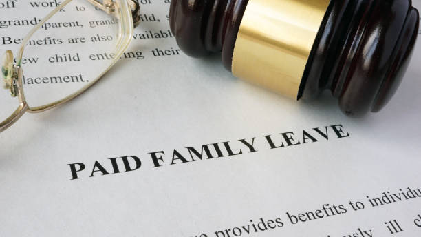 Page with title Paid family leave and gavel. - foto stock