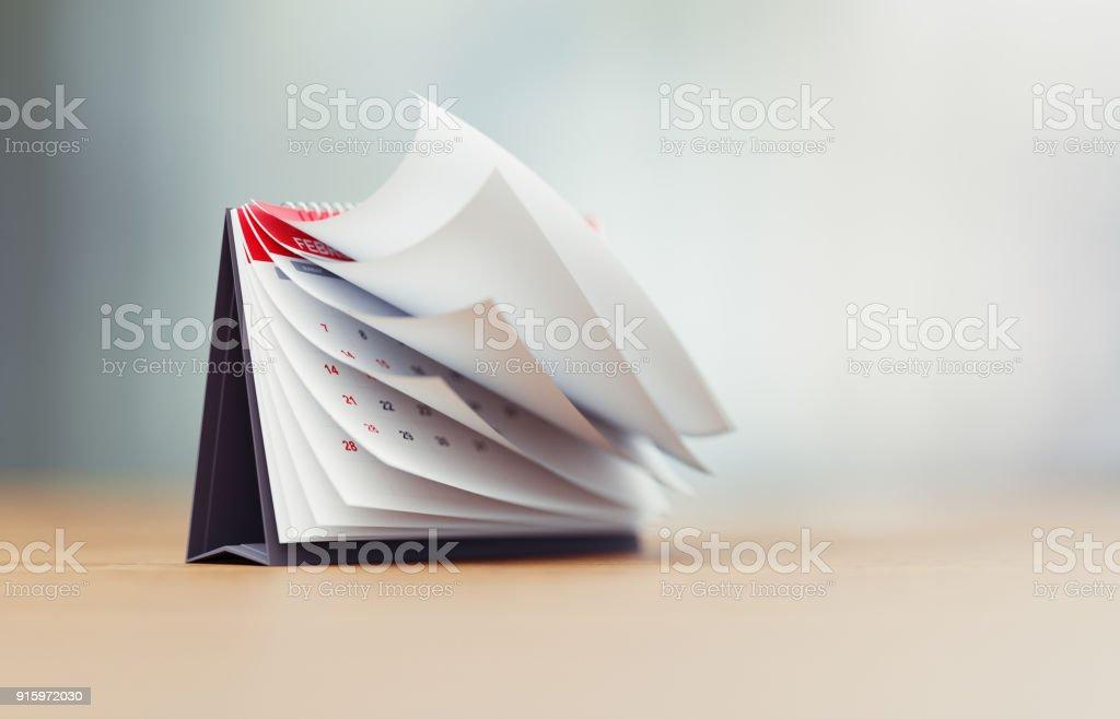 Seiten eines roten Kalenders überragt defokussierten Hintergrund sind klappbar - Lizenzfrei 2018 Stock-Foto