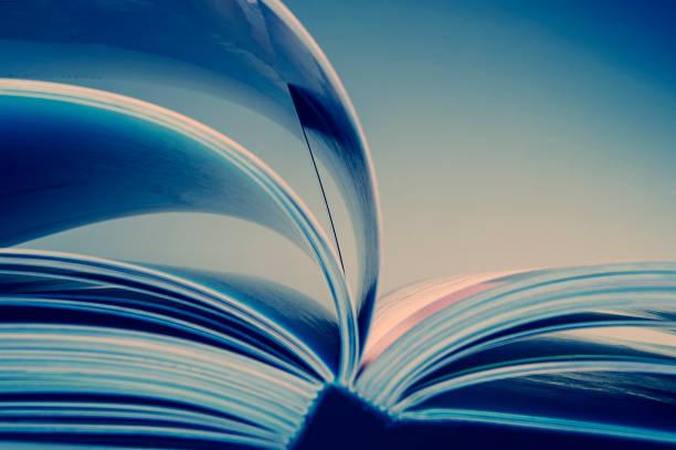pages d'un livre ouvert. bleue tonalité de l'image. - page livre photos et images de collection