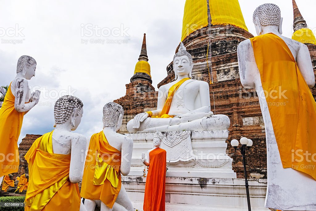Pagoda and Buddha Statues at Wat Yai Chaimongkol photo libre de droits