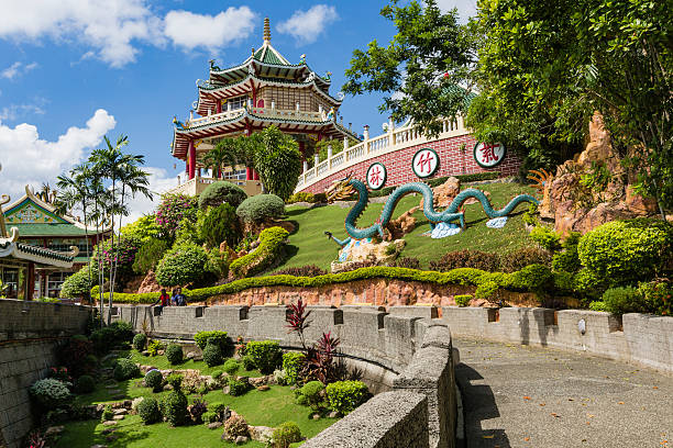 pagoda and dragon sculpture of the taoist temple in cebu - cebu stockfoto's en -beelden