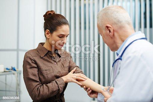 istock Pain in arm 886098366