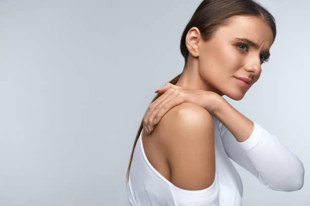 smärta i kroppen. vacker kvinna känner smärta i nacke och axlar - kronisk sjukdom bildbanksfoton och bilder