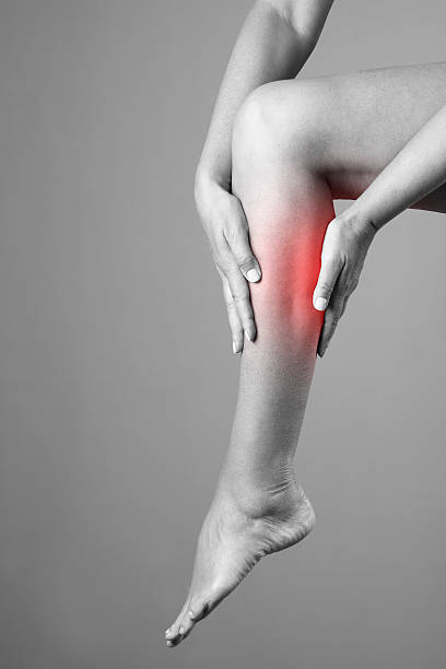 schmerzen in der wade muskeln der frau - wadenkrämpfe was tun stock-fotos und bilder