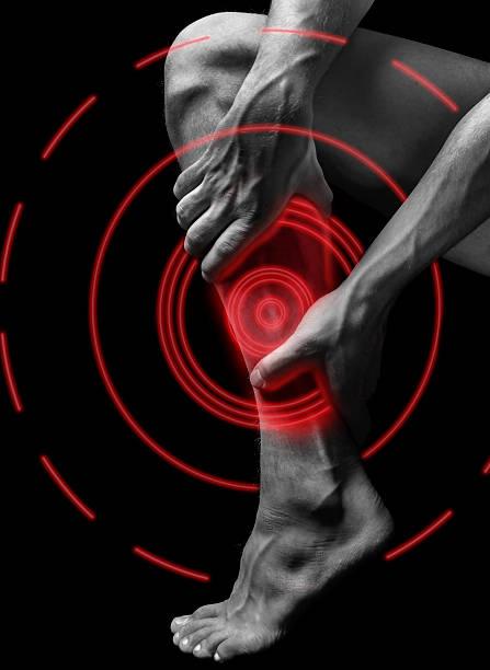 schmerzen in der wade, schmerzende muskeln von roter farbe - wadenkrämpfe was tun stock-fotos und bilder
